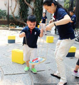Trẻ tìm hiểu về lực cân bằng và luyện kỹ năng hợp tác