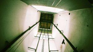 Bạn cần làm gì khi thang máy gặp sự cố?